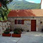 11-smoke-house-in-the-village-of-njegusi